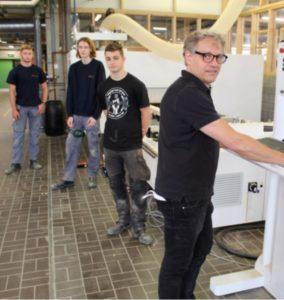Technisch Adviseur Luc Braet bedient de nieuwe vijf-assige CNC machine